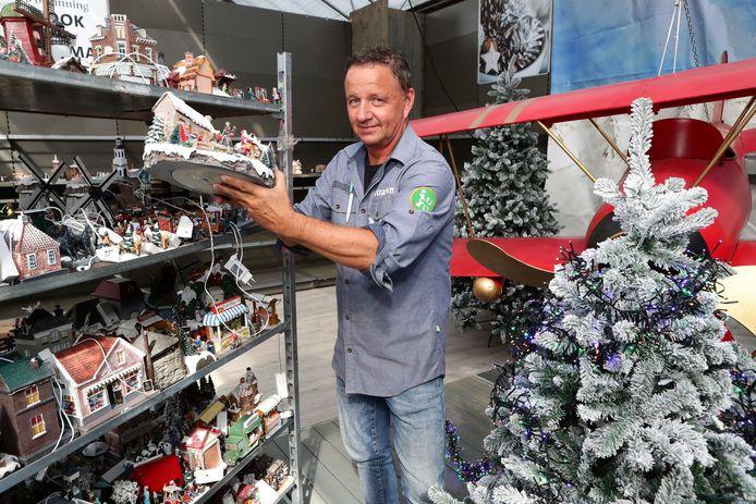 Kerst bij Intratuin in Ter Aar begint al vroeg. Ruud Kroon is de afdeling al aan het opzetten.
