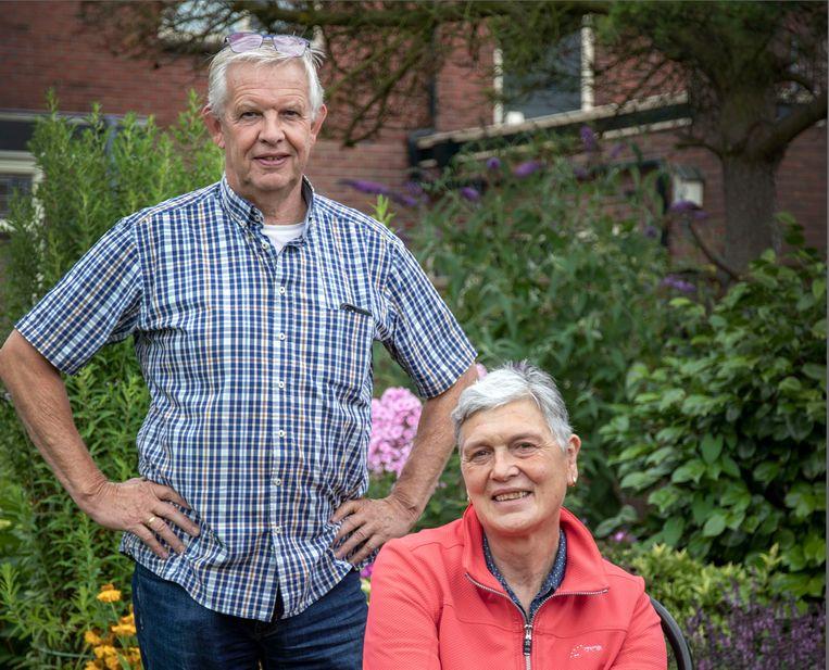 Jan en Mieke den Hoed in hun achtertuin. 'Het is makkelijker een vaccin te weigeren om een medische reden, dan als je gewoon niet wilt of twijfels hebt.' Beeld Werry Crone