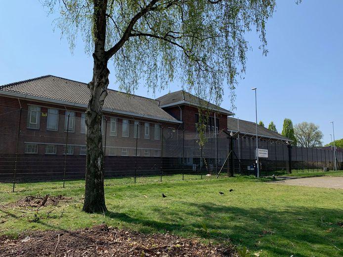 De Willem II-kazerne aan de Ringbaan-Zuid is momenteel in gebruik als noodopvang voor dak- en thuislozen.