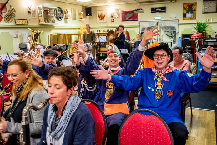 Dinsdagavond was in café-zaal Tivoli aan Dorpsstraat in Halsteren de 'rippetisie van het nuuwe liejke'.
