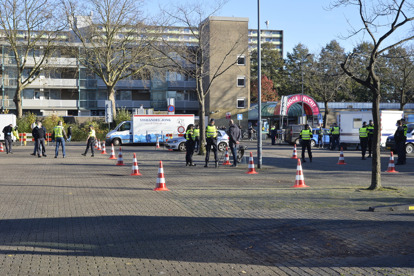 Grote controle door politie, Belastingdienst en douane op de parkeerplaats van winkelcentrum de Hoge Vucht.