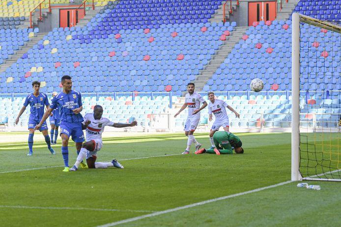 Oussama Darfalou van Vitesse scoort tegen KVC Westerlo in het GelreDome.