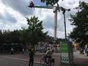 Mobiele camerabewaking op de hoek van het Eikenboomgaardplein in Oss, met uitzicht op de Eikenboomgaard, waar door tussenkomst van de rechter niet wordt gefeest op straat.
