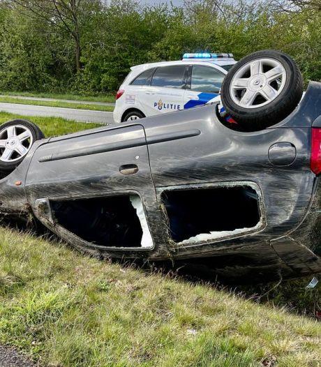 Auto vliegt meermaals over de kop in Denekamp; bestuurder naar ziekenhuis
