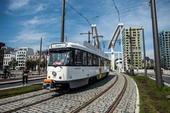 Een tram maakt op 25 mei 2018 een proefrit over de Londenbrug Een dik jaar later wordt hij al afgelast.