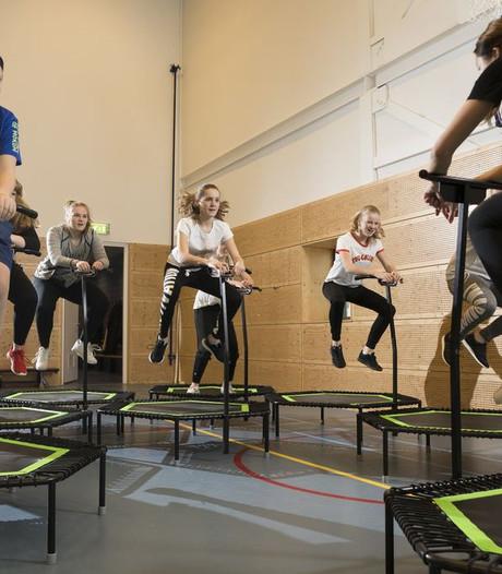 Spring je fit op een mini-trampoline