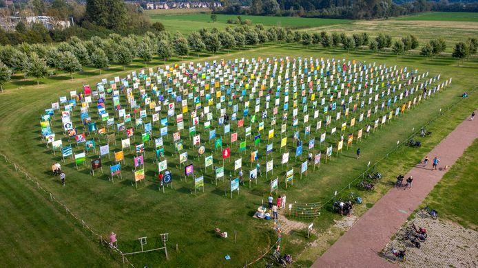 Een impressie vanuit de lucht van het kunstproject The Colorfield Performance in Park Lingezegen op de grens van Arnhem en Elst.