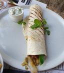 Vegetarische wrap gevuld met, in mild pittige Indiase curry, door elkaar gehusselde groenten. Een afwisseling van knapperige peultjes, bleekselderij, wortel, taugé en paprika.
