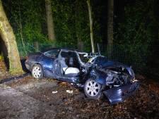 Mercedes vliegt uit de bocht en knalt tegen een boom: inzittenden uit Epe (18) en Heerde (19) zwaargewond
