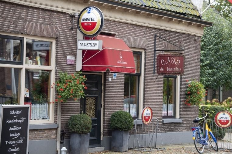 'De gevluchte zoon Jan Zon deed zijn bizarre relaas in eetcafé De Kastelein. Hij viel daar op omdat hij moeilijk verstaanbaar was en vijf glazen bier tegelijk bestelde voor zichzelf' Beeld