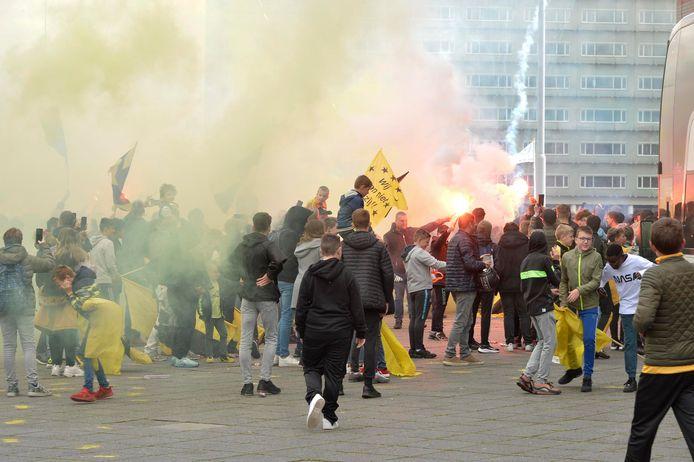 Supporters zwaaien de bus van NAC uit voor de halve finale tegen FC Emmen. Voor de finale tegen NEC mogen ze deels het stadion weer in.