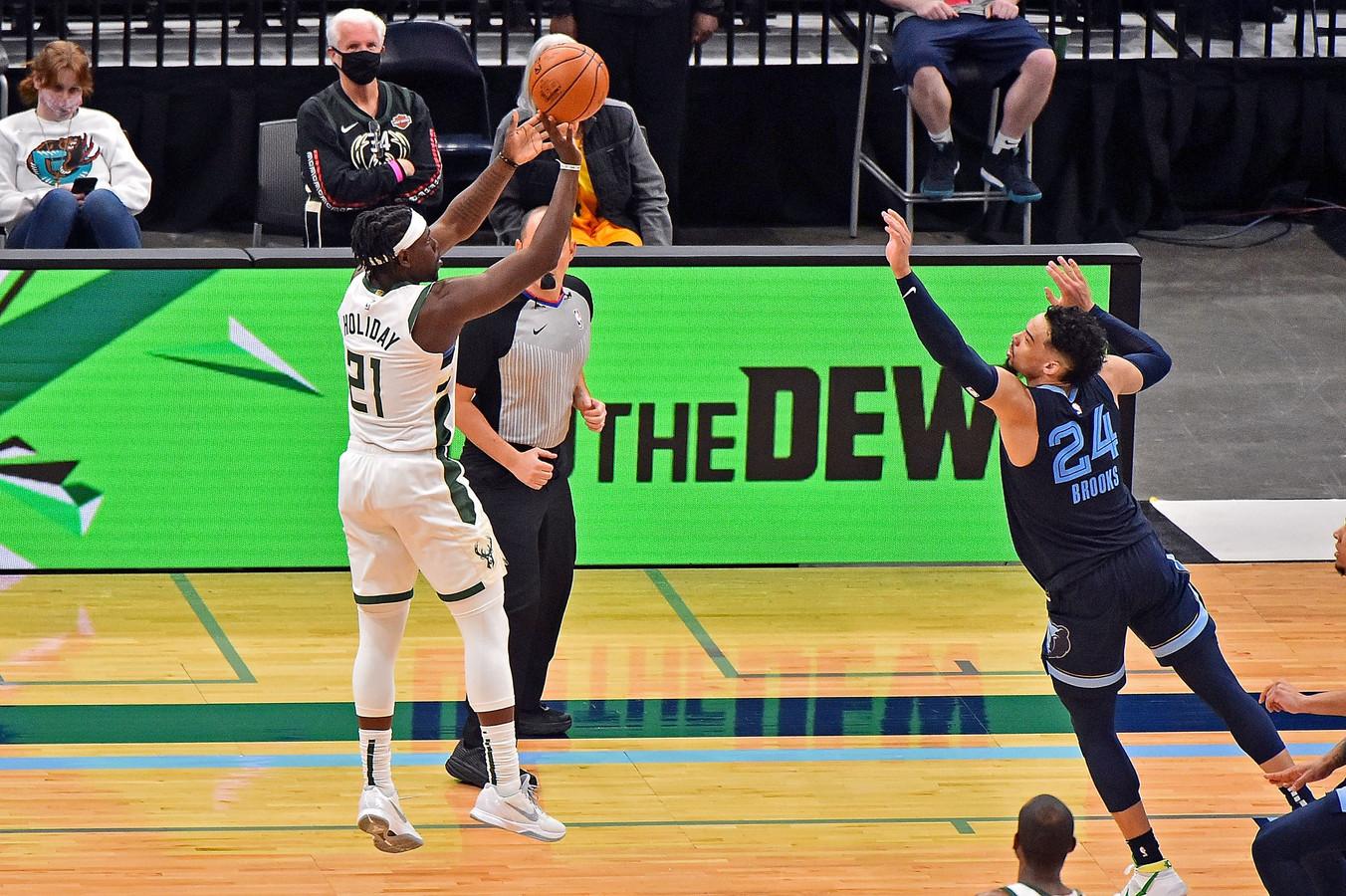 Het winnende schot van Jrue Holiday dat Milwaukee Bucks de zege oplevert twee seconden voor tijd.