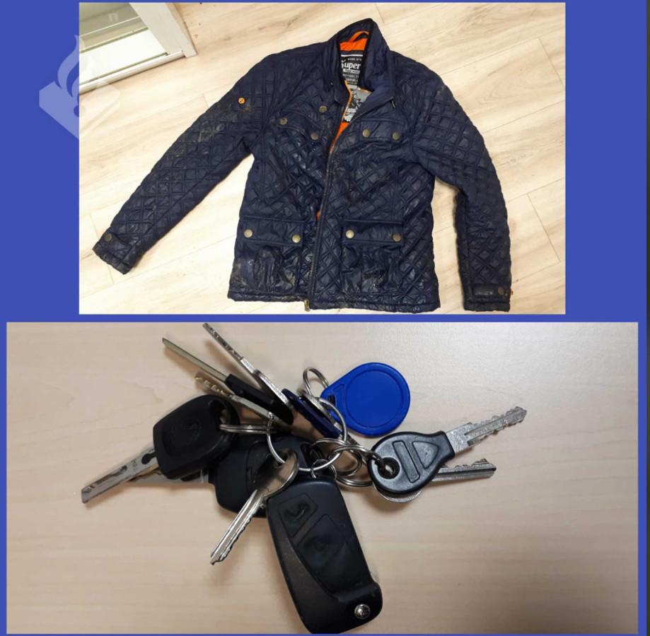 De jas en de sleutelbos die door een onbekend persoon zijn achtergelaten in een tuin in Zeewolde.