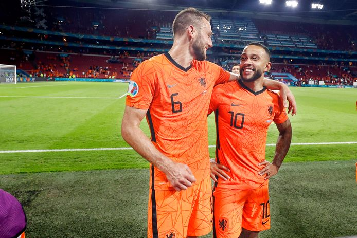 Stefan de Vrij en Memphis Depay spelen zondagavond met Oranje tegen Tsjechië.