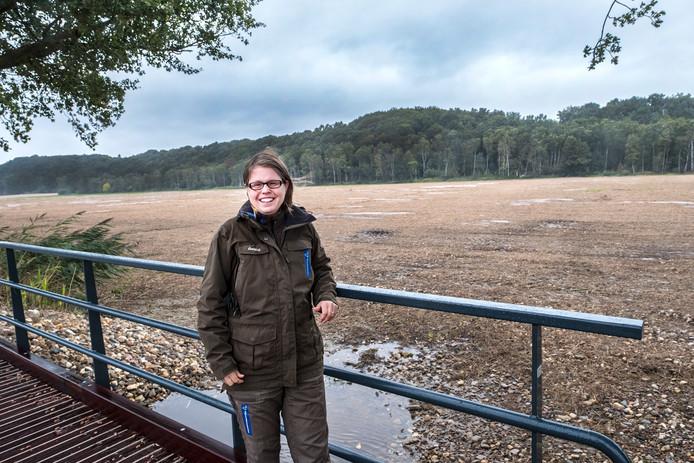 Boswachter Ellen Luijks bij de nu nog kale vlakte van De Diepen.