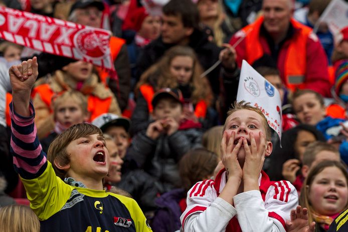19 januari 2012: jonge Ajax-fans leven in de Arena mee bij de bekerwedstrijd Ajax - AZ met alleen kinderen en hun begeleiders op de tribune.