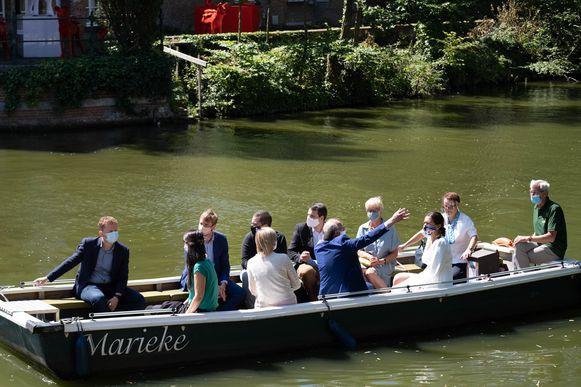 Liers burgemeester Frank Boogaerts gaf minister Demir een woordje uitleg tijdens een boottocht op de Binnennete.