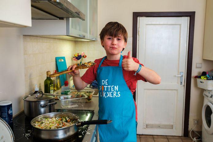 Matteo leeft zich uit in de keuken.