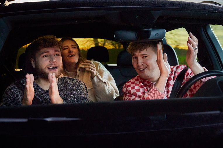 Snelle achter het stuur met Suzan & Freek in de documentaire Zonder jas naar buiten. Samen maakten ze de hit De overkant. Beeld  Martijn van Gelder/Netflix