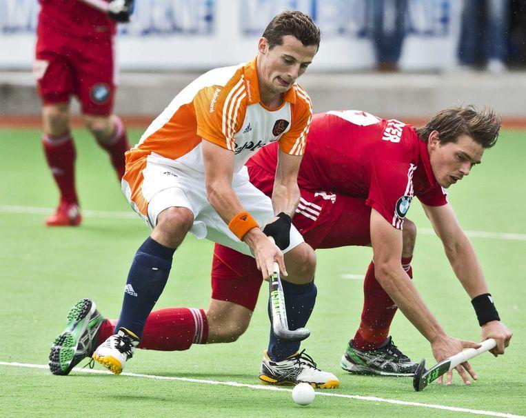 2012-12-04 MELBOURNE -  Sander Baart (L) in duel met de Belg Felix Denayer tijdens de wedstrijd tussen de mannen van Nederland en België (5-4) bij de Champions Trophy hockey in Melbourne. ANP KOEN SUYK Beeld ANP