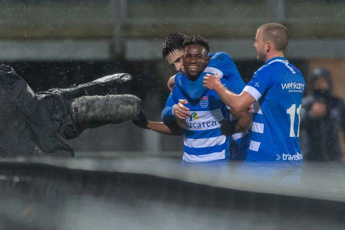 PEC-aanvaller Virgil Misidjan (midden) scoorde zaterdag tegen FC Twente de enige treffer. Slobodan Tedic (links) en de teruggekeerde Jesper Drost (rechts) zijn er als eerste bij om hem te feliciteren.