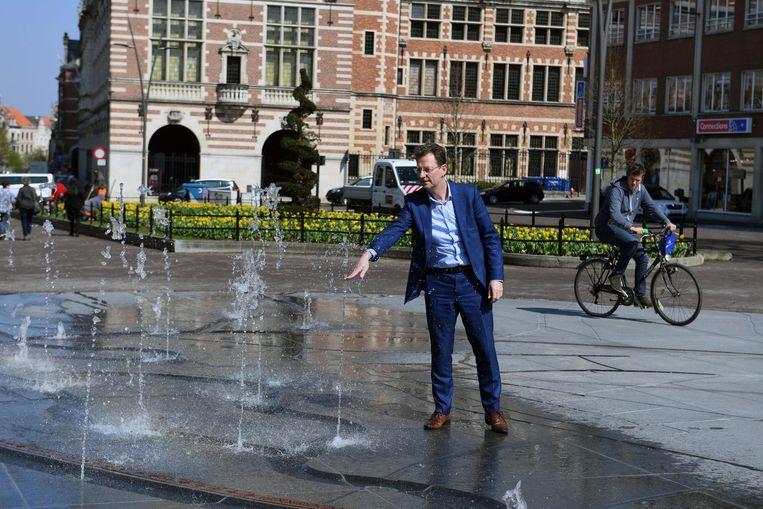 Schepen Dirk Vansina (CD&V) waagt zich in de speelfontein op het Herbert Hooverplein.