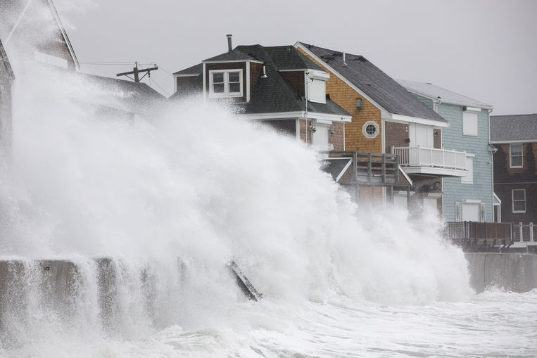 Golven breken door de dijken in Scituate, Massachusetts.  Beeld Getty Images