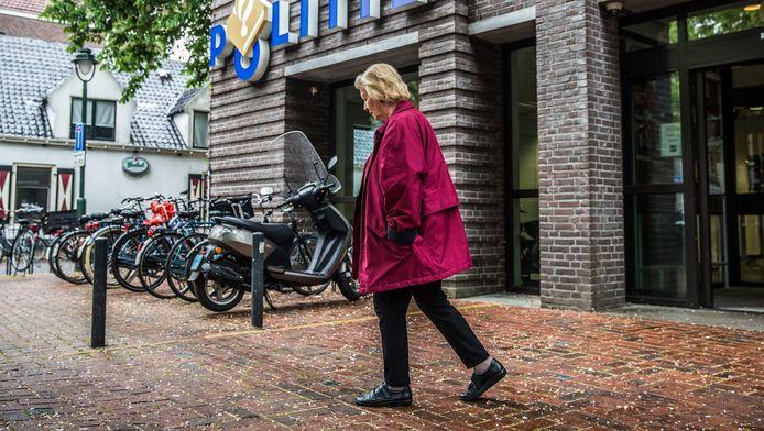 De 81-jarige Jetske de Queljoe voor het politiebureau waar ze tevergeefs aangifte probeerde te doen van zakkenrollen.