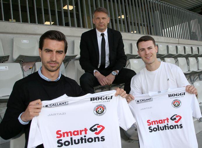Nieuwe trainer Rudi Verkempinck met de nieuwe spelers Lennert De Smul (rechts) en Tom Van Hyfte (links) .