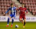 Ben Woodburn als aanvoerder van het beloftenteam van Liverpool in duel met Tom Pearce van Wigan Athletic.