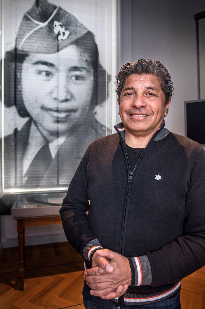 Rocky Tuhuteru met op de achtergrond de Molukse Coos Ayal, 'tante Coos', die in de Tweede Wereldoorlog streed voor de rood wit blauwe vlag.
