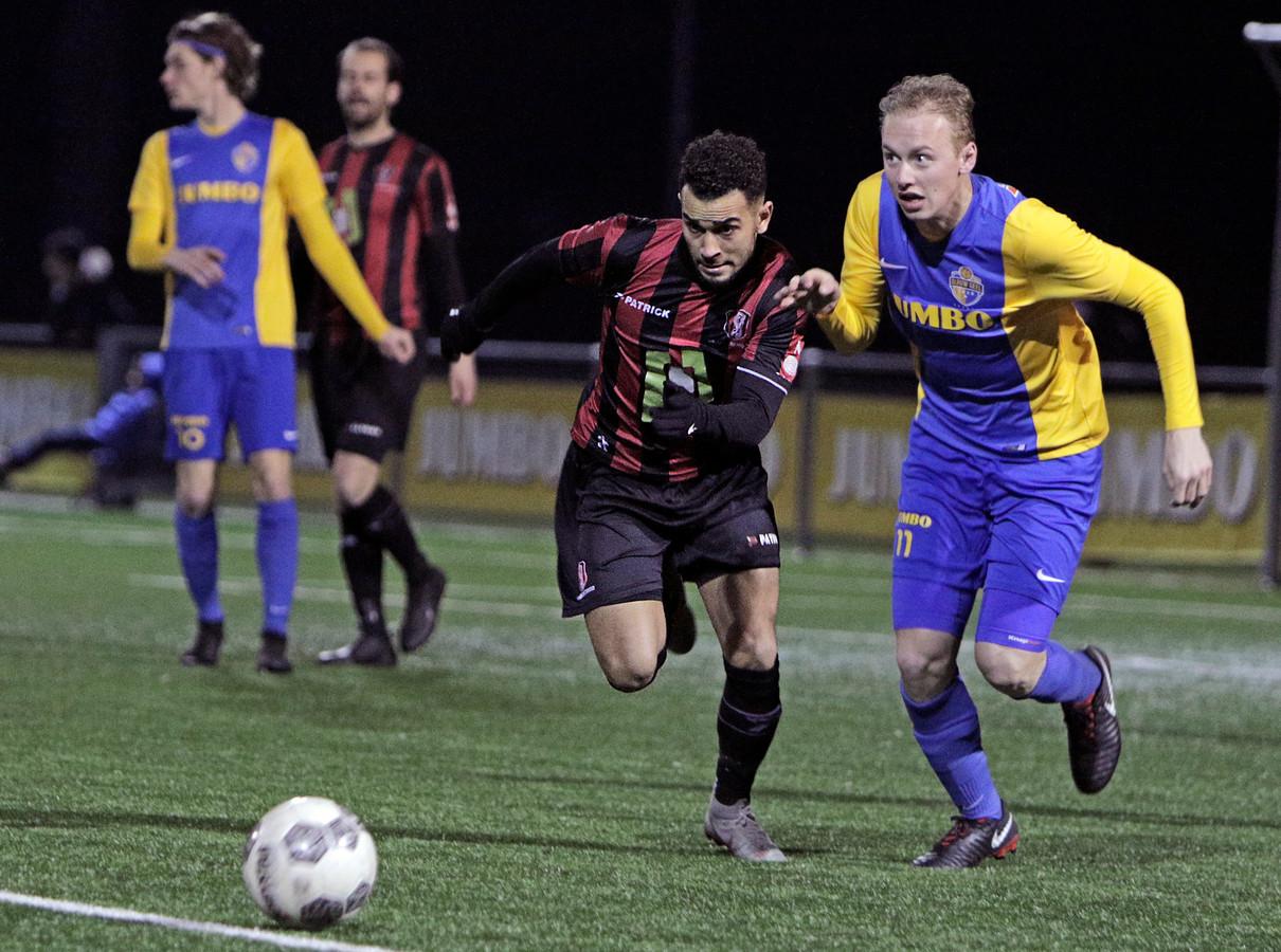 Sander Egmond (rechts) namens Blauw-Geel'38 in actie tegen OJC Rosmalen.