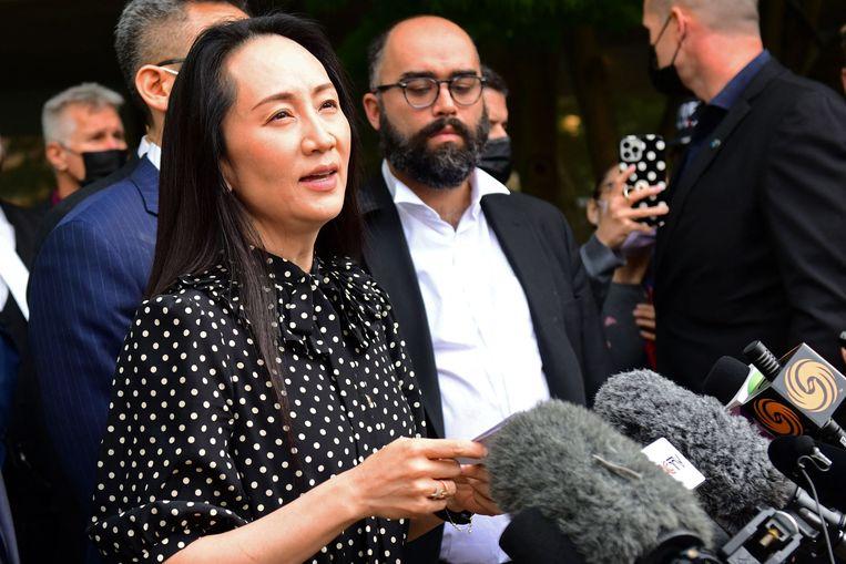 Huawei-topvrouw Meng Wanzhou staat de media te woord nadat een rechter in het Canadese Vancouver de zaak over haar uitlevering aan de VS vrijdag beëindigde.  Beeld AFP