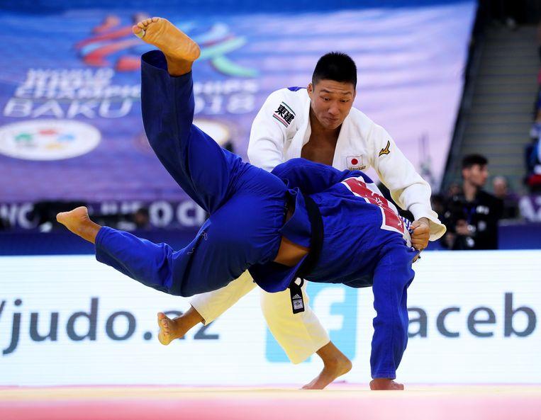 Fujiwara legt Sami Chouchi (blauw) neer.