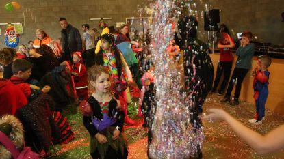 VIDEO: kindercarnaval in zaal De Hemmekes