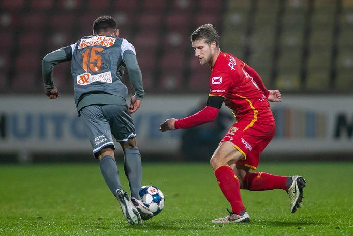 FC Volendam-speler Dean James in duel met  Wout Droste
