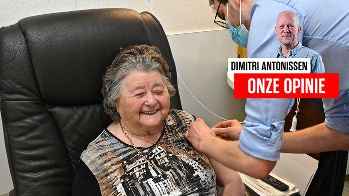 Een vrouw lacht bij het ontvangen van haar eerste vaccinatie tegen het coronavirus.