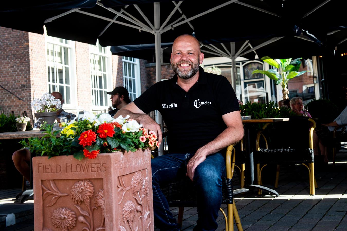 Remy Koppel van café Camelot in Zutphen zet de beelden van de bloembakschopper niet online.