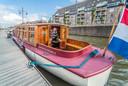 Boetenverhuurder Sybolt Harkema op zijn schip in Delft dat hij verhuurt via Airbnb.