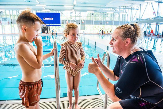 Melissa Dongelmans (r) geeft turbo zwemles in Aquarijn aan Elijah Tuhumena (l) en Joy Kalkhoven.