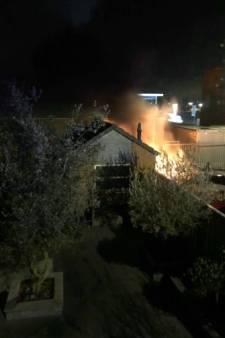 Auto's lopen forse schade op bij nachtelijke brand Rijksstraatweg
