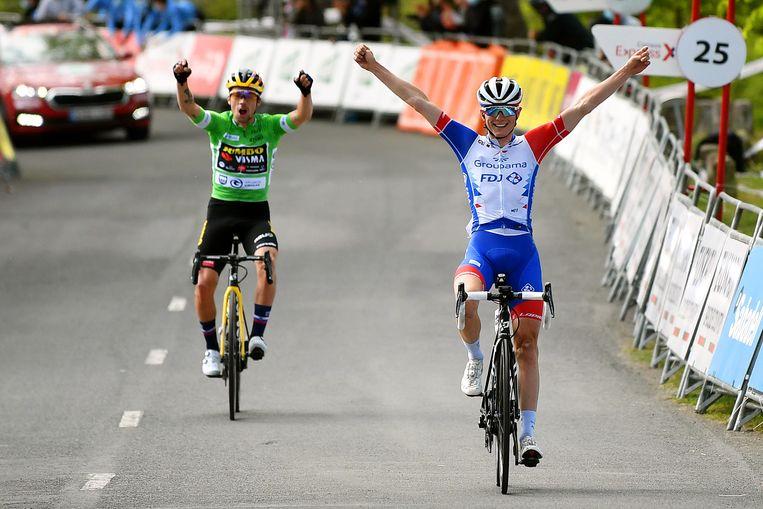 David Gaudu (rechts) mag de etappe winnen, terwijl Roglic (links) het klassement op zijn naam schrijft. Beeld Getty Images