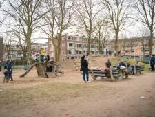 Terwijl kinderen lekker spelen, kletsen ouders bij op een bankje