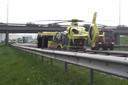Een traumahelikopter landde bij het ongeval op de A15.