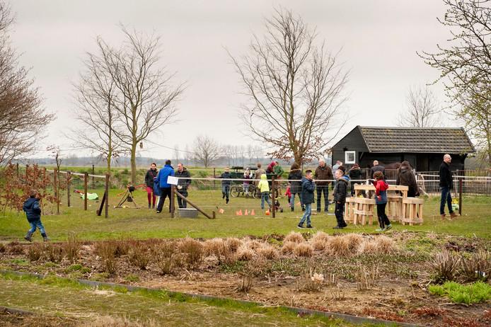Jong en oud vermaakt zich op de open dag van zorgboerderij De Bremberg in 2015.