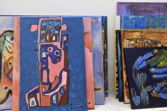 De kunstenaars van de KunstSjop maken schilderijen voor de verkoop. 'Van de opbrengst kopen we weer nieuwe materialen.'