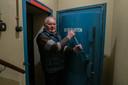 De loodzware deur geeft toegang tot de grootste BB-bunker van Overijssel.