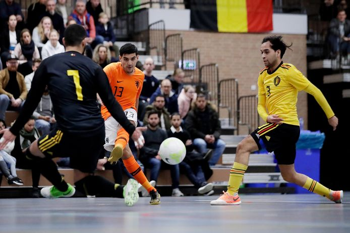 Saïd Bouzambou hier in actie voor het Nederlands zaalvoetbalteam tegen België.