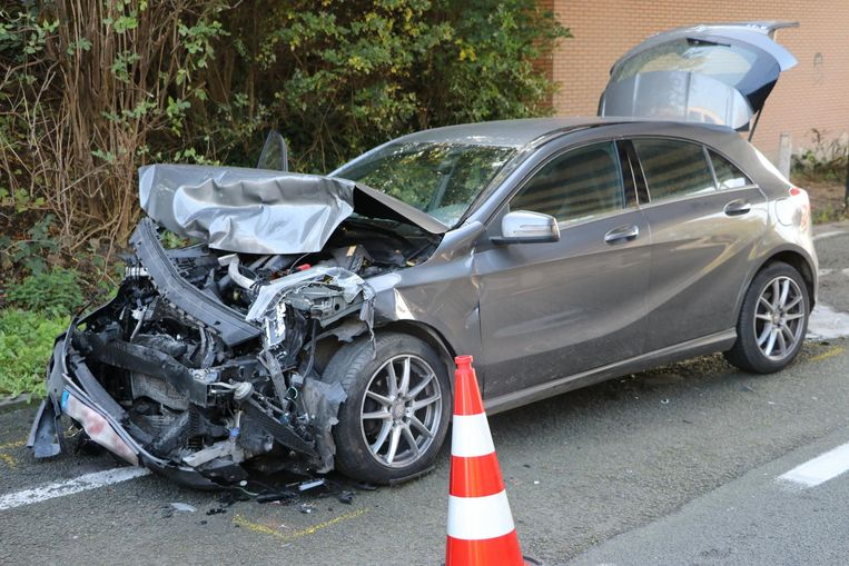 Beide voertuigen werden zwaar verhakkeld.