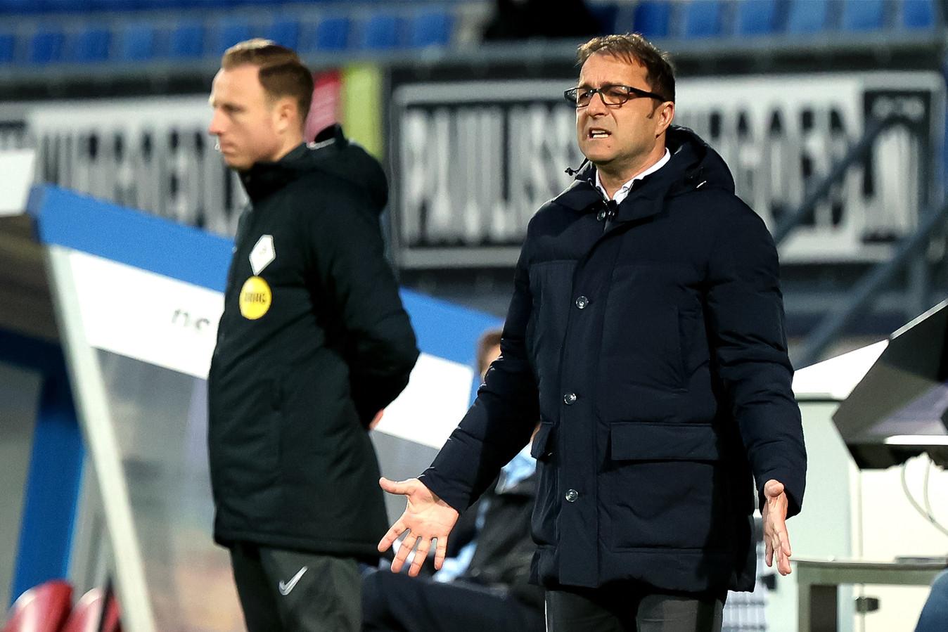 Zeljko Petrovic ziet vertwijfeld toe hoe zijn ploeg de tien van AZ niet onder de knie weet te krijgen.